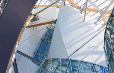 Façade of the Fondation Louis Vuitton, made of 19,000 Lafarge Ductal® panels.